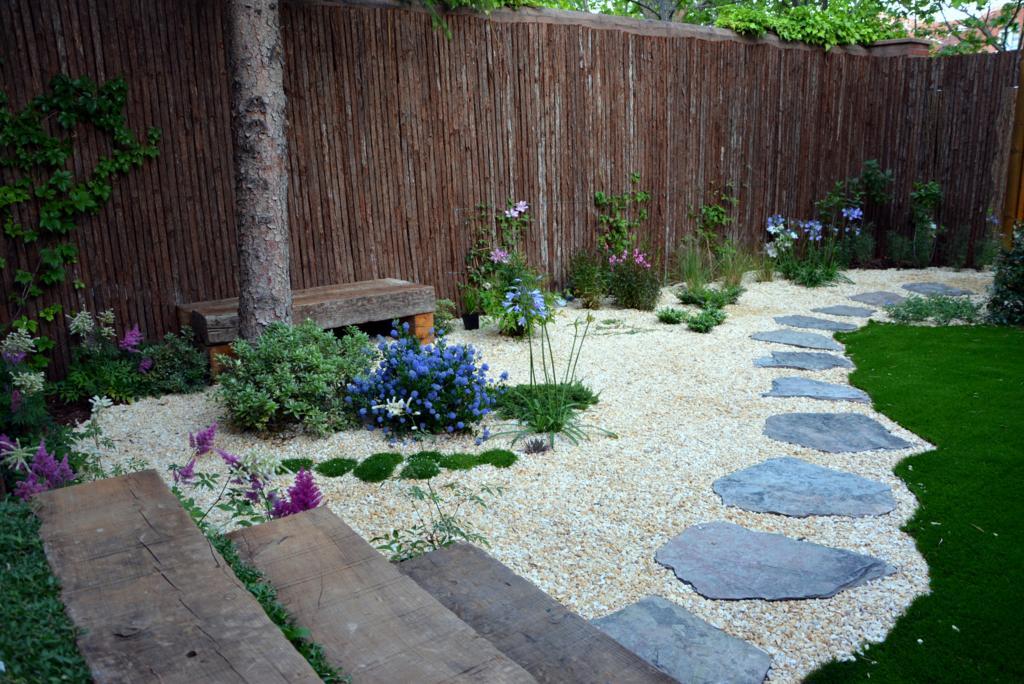 El antes y despu s de un peque o jard n jardines con alma for Paisajismo jardines con piscina